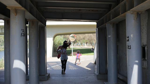 תופסים צל בפארק הירקון  (צילום: ירון ברנר)