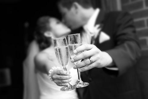 מזל טוב חמודים! רק אל תשתו יותר מידי, כן? (צילום: Shutterstock)