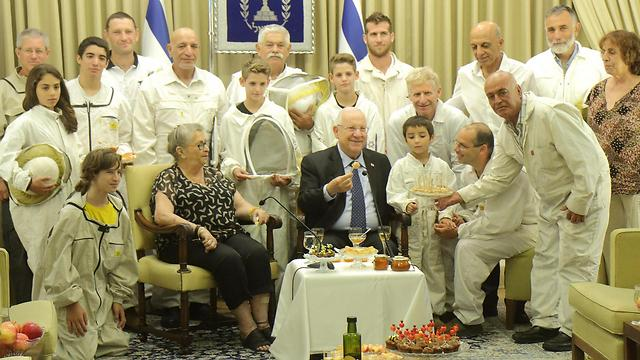 Rivlin's new year sweetened with Israeli beekeepers