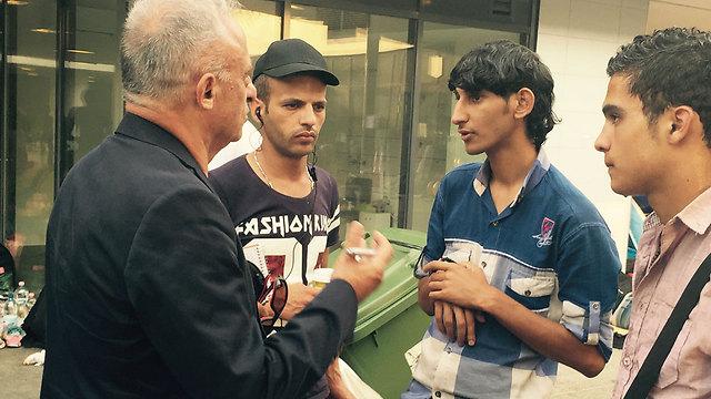 לא נרתעים מעיתונאי ישראלי. שמעון שיפר בבודפשט (צילום: תומי הירש)
