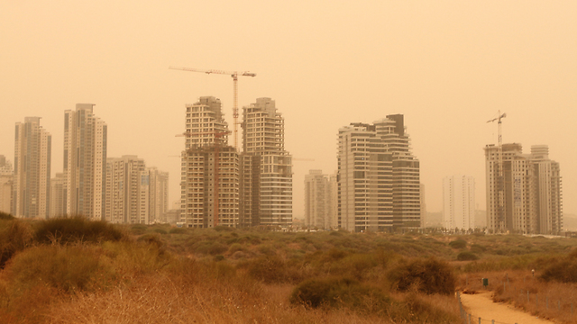The sand storm in Netanya (Photo: Ido Erez)