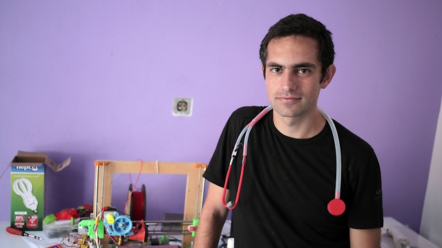 Gaza doctor makes stethoscope with 3D printer