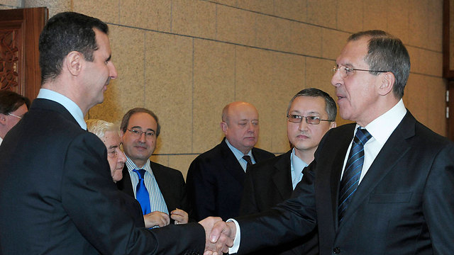 נשיא סוריה אסד עם שר החוץ הרוסי לברוב (צילום: AP)