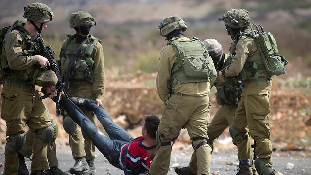 מעצר מפגינים בהפגנה ליד בית אל (צילום: AP)