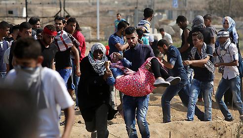 עמותים ליד הגדר, אתמול (צילום: AFP)