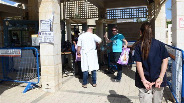 בדיקה ביטחונית, בכניסה לבן גוריון (צילום: הרצל יוסף)