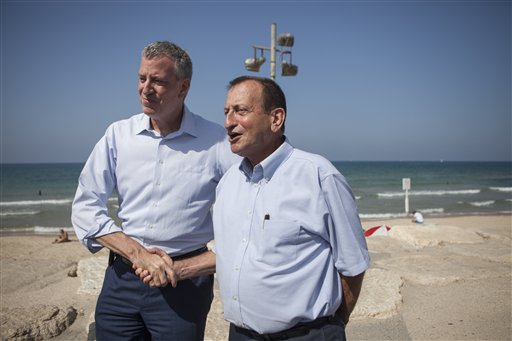 New York Mayor Bill De Blasio in Tel Aviv with his counterpart Ron Huldai. (Photo: AP)