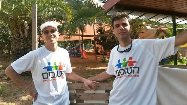 """מתנדבי """"הטובים"""" בפעולה (צילום: דודי אהרוני)"""