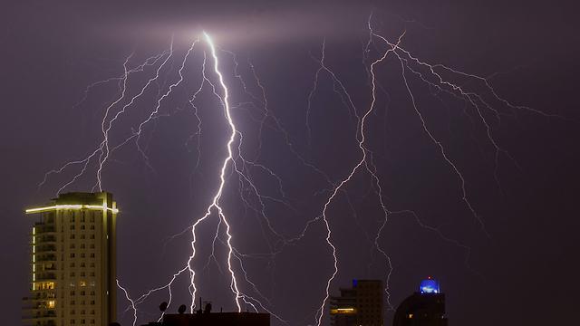 ברקים, הלילה בנתניה (צילום: AFP)
