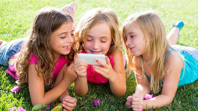 הילדים עסוקים בסמארטפון וזה משפיע (צילום: shutterstock)