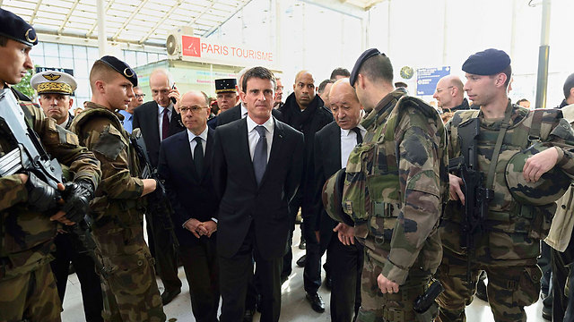Manuel Valls with French troops at a train station in Paris. (Photo: Reuters)