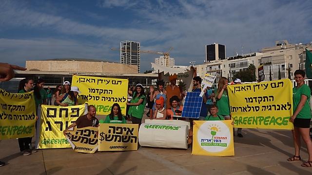פעילי גרינפיס ביום שישי בצעדת האקלים (צילום: גרינפיס)