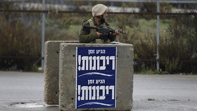 IDF soldier at Gush Etzion junction (Photo: Reuters)