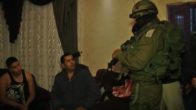 IDF forces conversing with a family in Beit Ummar (Photo: Ron Ben-Yishai)