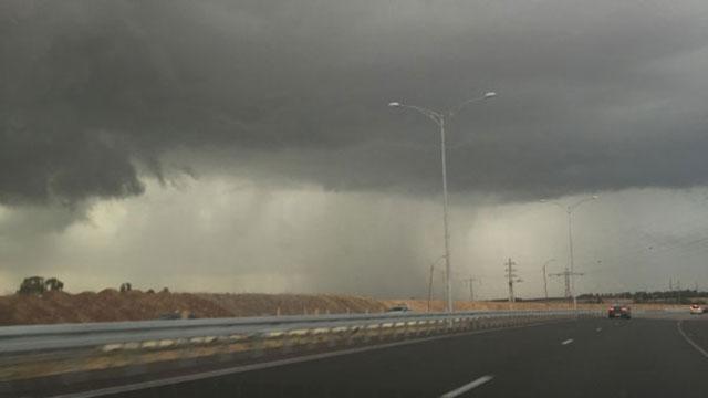 ענני סערה בצומת בית קמה (צילום: סאני ביטון)