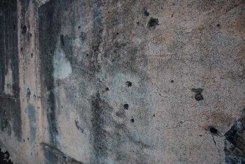 חורים שיצרו הקליעים בגדר. הכול ישוקם (צילום: דור נבו)