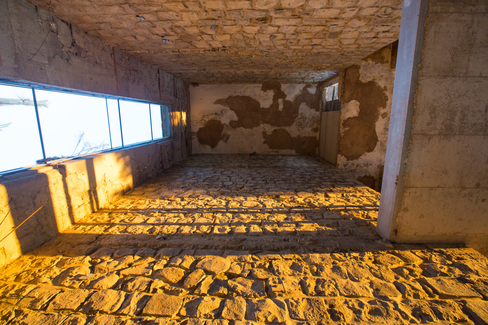 קירות של אבן בזלת חשופה וחלונות ארוכים במבני הבאוהאוס הצרפתיים ( צילום: דור נבו )