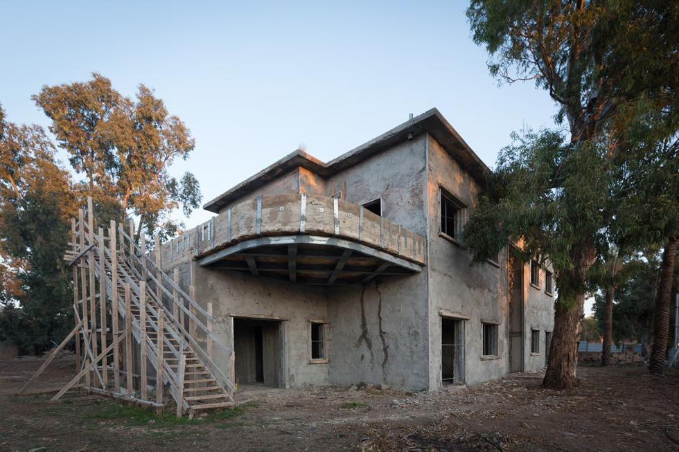 המרפסת העגולה במבנה ההיסטורי, מסממני הסגנון הבינלאומי, מחוזקת באמצעות קורות נגד רעידות אדמה ( צילום: דור נבו )