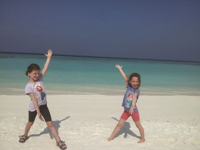 """""""האמנו שהטיול יחזק את הביטחון העצמי שלהן"""". הבנות באיים המלדיביים (מתוך אלבום משפחתי)"""