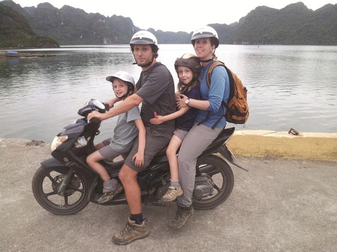 """""""הרגשנו שאנחנו צריכים שינוי בחיים"""". המשפחה באי קטבה, וייטנאם (מתוך אלבום משפחתי)"""