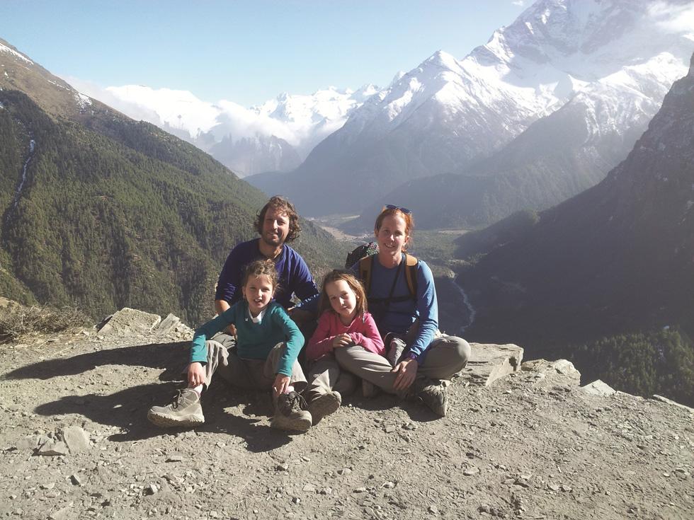 על פסגת העולם. משפחת איכנגרין בטרק בנפאל ( מתוך אלבום משפחתי )