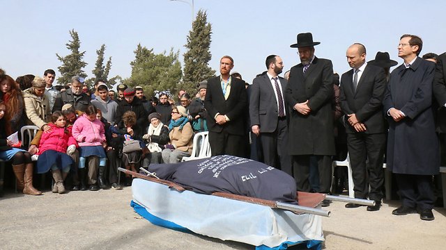 Opposition lead Herzog, right, standing alongside Education Minister Bennett and Chief Rabbi David Lau at the funeral (Photo: TPS)