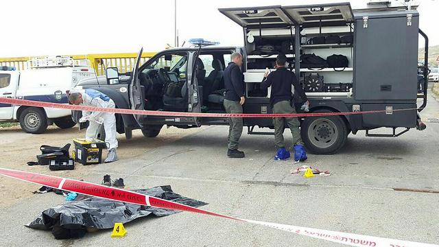 גופת המחבלת בזירת הפיגוע (צילום: חטיבת דובר המשטרה)