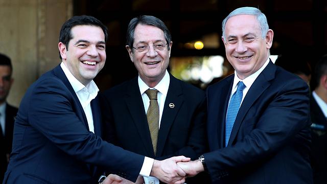 Israeli Prime Minister Benjamin Netanyahu with Cypriot President Nicos Anastasiades and Greek Prime Minister Alexis Tsipras (Photo: AP)