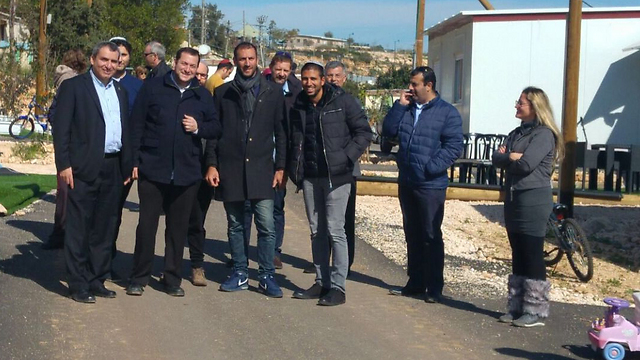 Samaria Regional Council head Yossi Dagan and Minister Ze'ev Elkin meeting with French Jewish families in an effort to bring them to the settlements (Photo: Samaria Regional Council)
