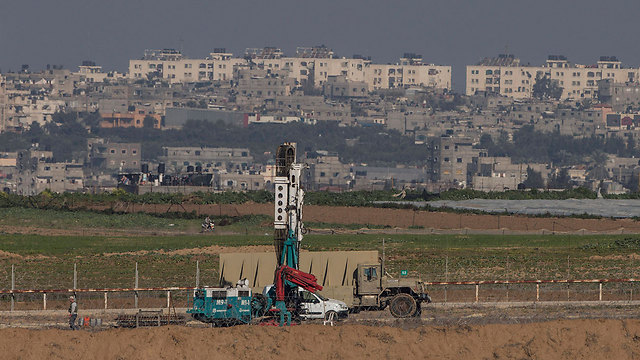 IDF searching for Hamas tunnels into Israel on the border with Gaza (Photo:AP)