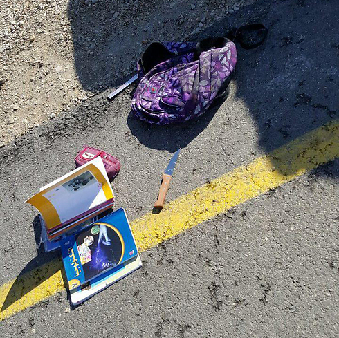 Knife and belongings of the Palestinian arrested at Karmei Tzur (Photo: Gush Etzion spokesperson)