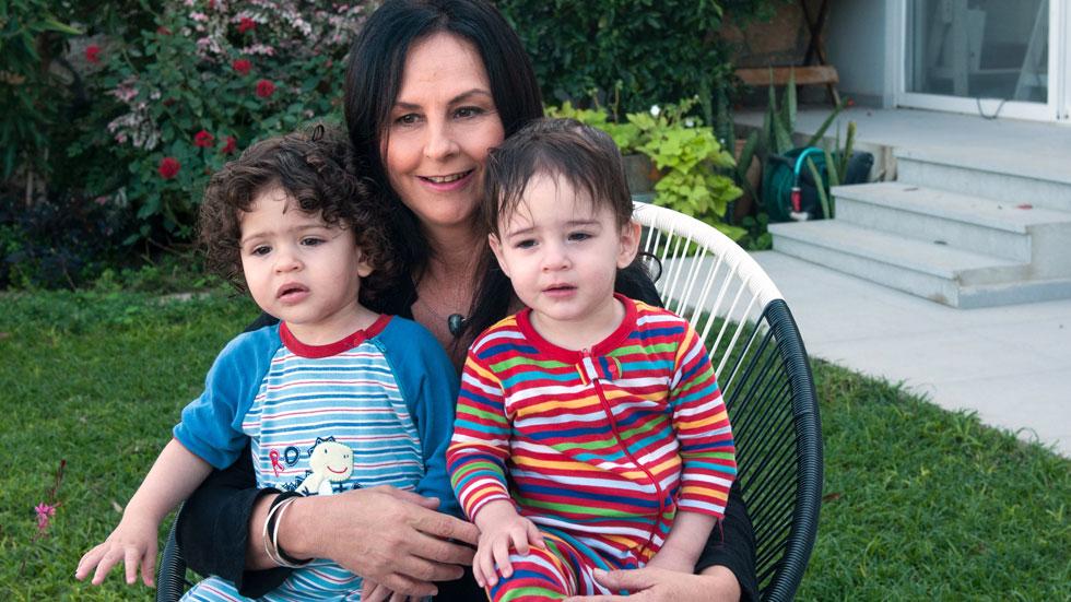 אחרי שאיבדה את שני בניה, מלכה חכם מגדלת תאומים בני שנה וחצי