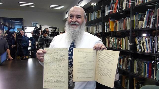 "ד""ר רוני גרוס עם כתבי איינשטיין (צילום: באדיבות האוניברסיטה העברית)"