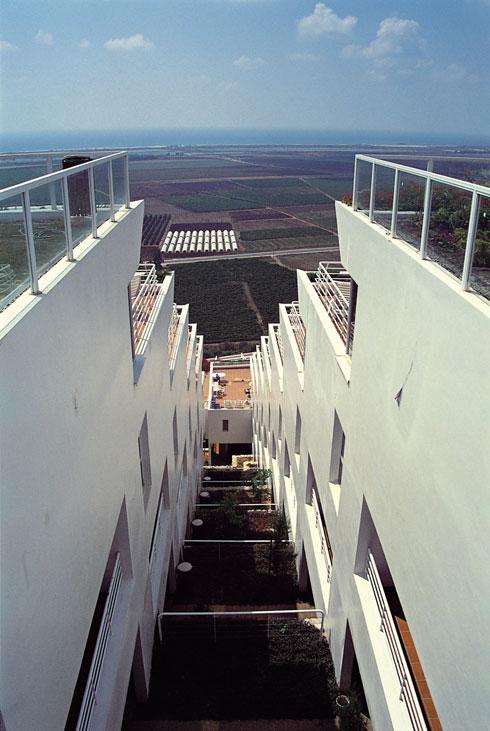 מבט מלמעלה על הקומות המדורגות, קרוב לחנוכת הפרויקט. לובן המבנה נשאר בעינו (צילום: יואל פייגין)