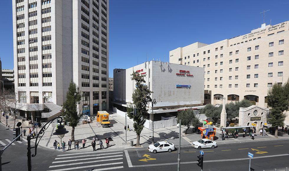 בניין המשביר הישן במרכז ירושלים ישנה את מראהו ואת שימושיו: במעטפת האבן יפערו חלונות סרט גדולים, שייאפשרו כניסת אור ואוויר (צילום: גיל יוחנן)