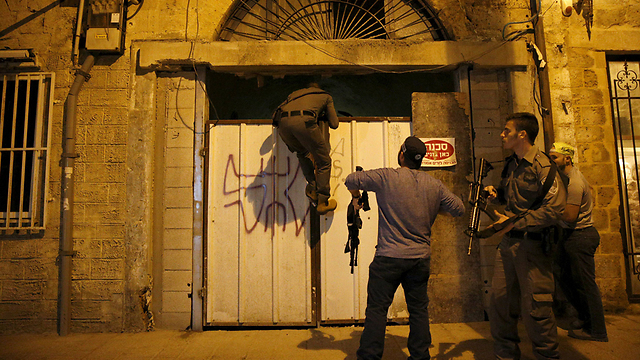Security forces in Jaffa looking for possible accomplice (Photo: Reuters)