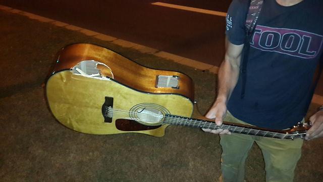 הנזק שנגרם לגיטרה של מונטגומרי (צילום: נועם (דבול) דביר)