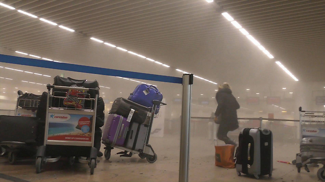 Smoke in Brussels airport after the explosion (Photo: AP)