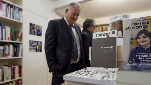 Meir in Olivier's bookstore (Photo: Assaf Matarasso)