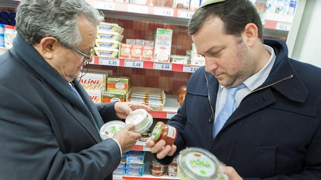Guy and Dagan inspecting products from Samaria in French supermarket (Photo: Assaf Matarasso)