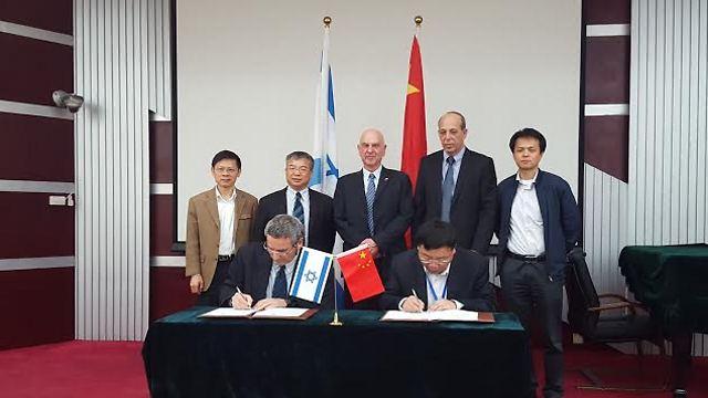 חותמים על ההסכם בבייג'ינג (צילום: דוברות אוניברסיטת בר אילן)