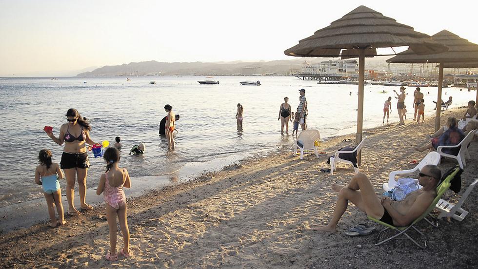 חוף אילתי - תיירות פנים וחוץ (צילום: יוסי דוס-סנטוס)