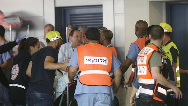 פינוי לבית החולים שערי צדק (צילום: אלכס קולומויסקי)