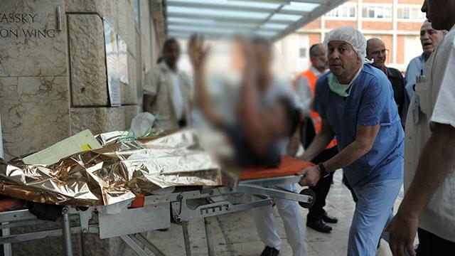 אחד הפצועים מגיע לבית החולים הדסה עין כרם (צילום: יואב דודקביץ')