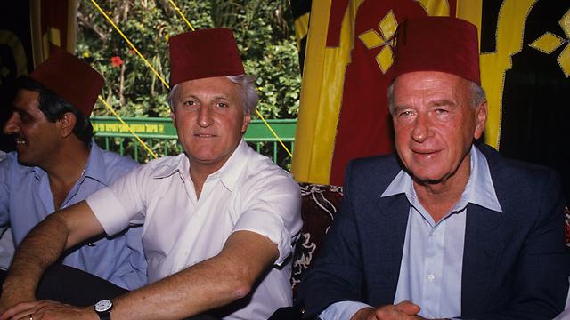 Rabin (R) with Tel Aviv Mayor Shlomo Lahat at a mimouna in 1986 (Photo: Michael Kramer)