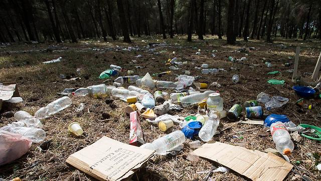 Trash left by visitors in Kiryat Ata (Photo: Gil Nechushtan)