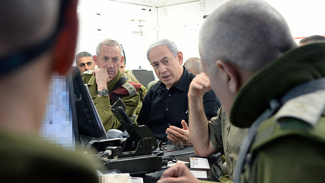 Netanyahu and Gantz being briefed during a visit to the 162nd Armor Division's command post outside Gaza (Photo: Koby Gideon, GPO)