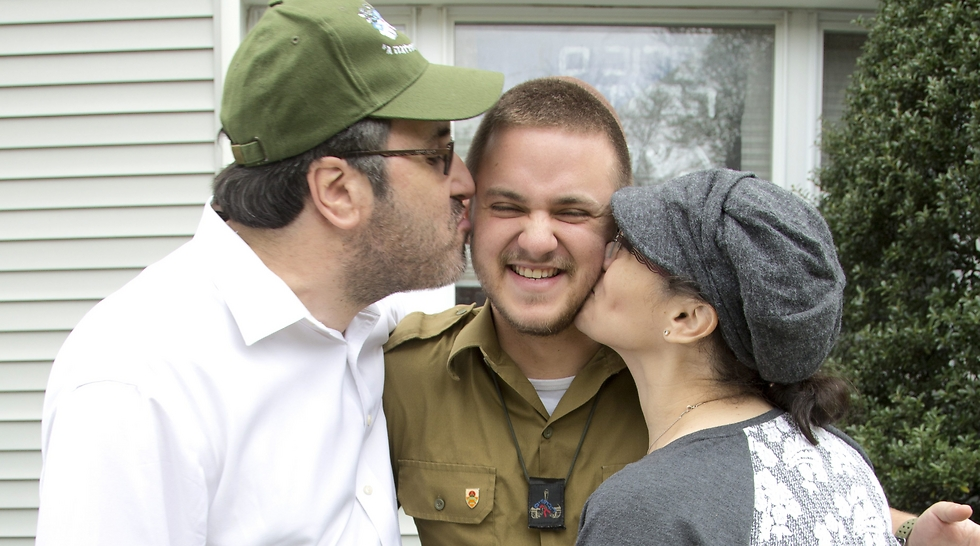 Yoni with his parents (Photo: Nadav Newhouse)