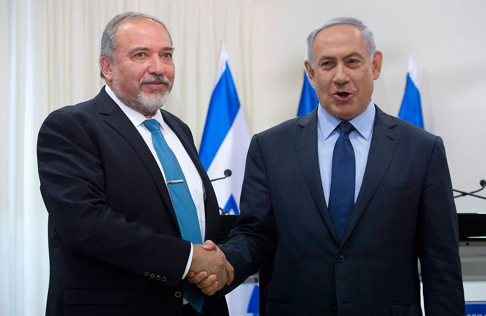 Incoming defense minister Lieberman and Prime Minister Netanyahu (Photo: EPA)