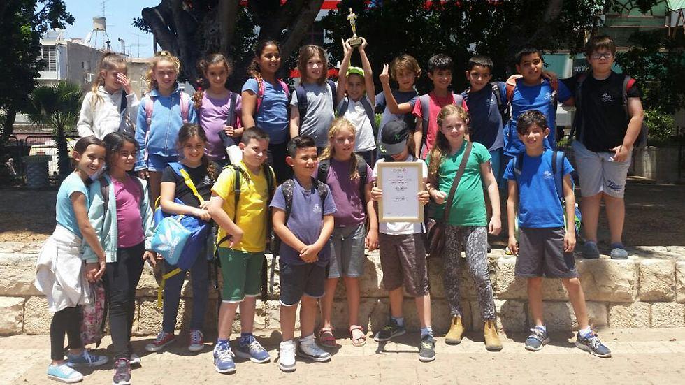 תלמידי בית הספר עם הגביע. מזל טוב! (צילום: בית הספר חופים)